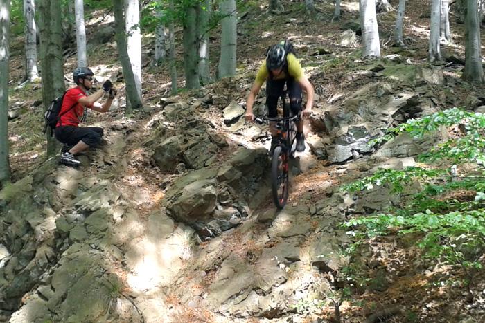 Biker sjíždí skálu