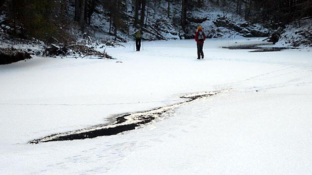 Turisté na zamrzlé řece